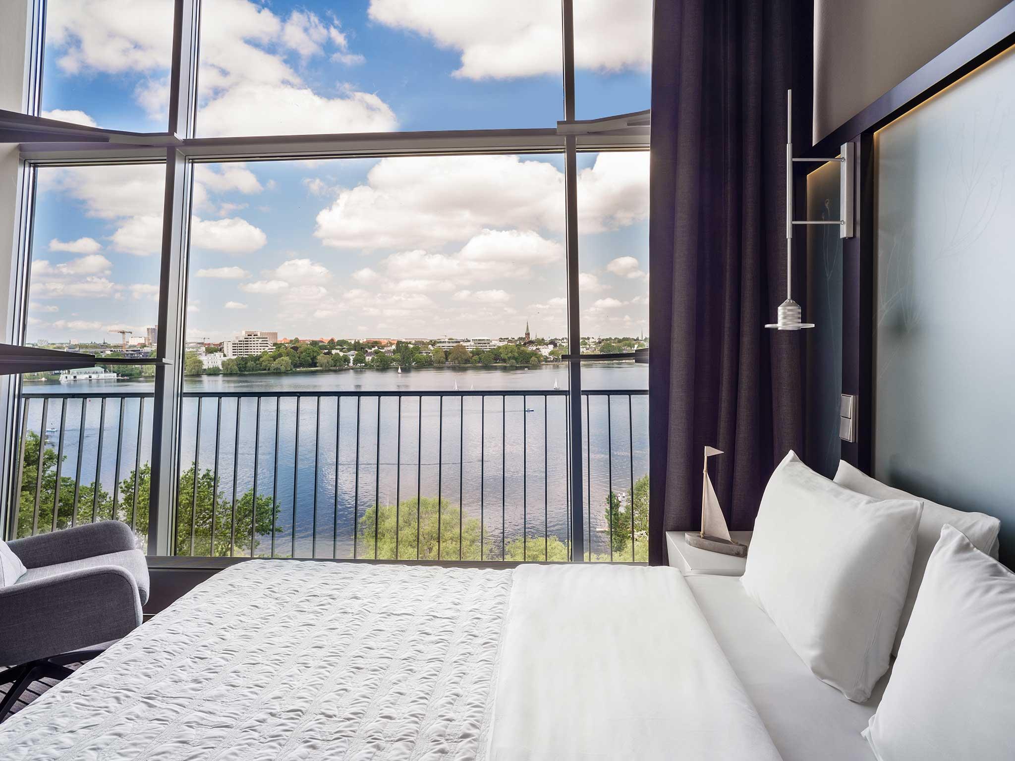 Bett in der Duplex Suite im Le Méridien Hotel Hamburg mit einzigartigem Blick über die Außenalster