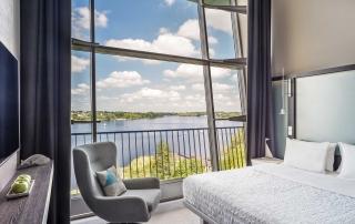 Schlafzimmer der Duplex Suite im Le Méridien Hotel Hamburg mit Alsterblick