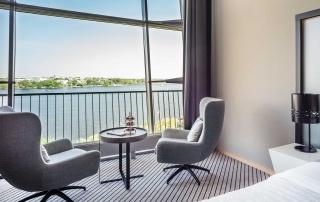Sitzbereich in der Panorama Suite im Le Méridien Hotel Hamburg mit Alsterblick