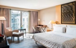King Size Bett Zimmer der neu renovierten Deluxe Chic Gästezimmer im Le Méridien Hotel München